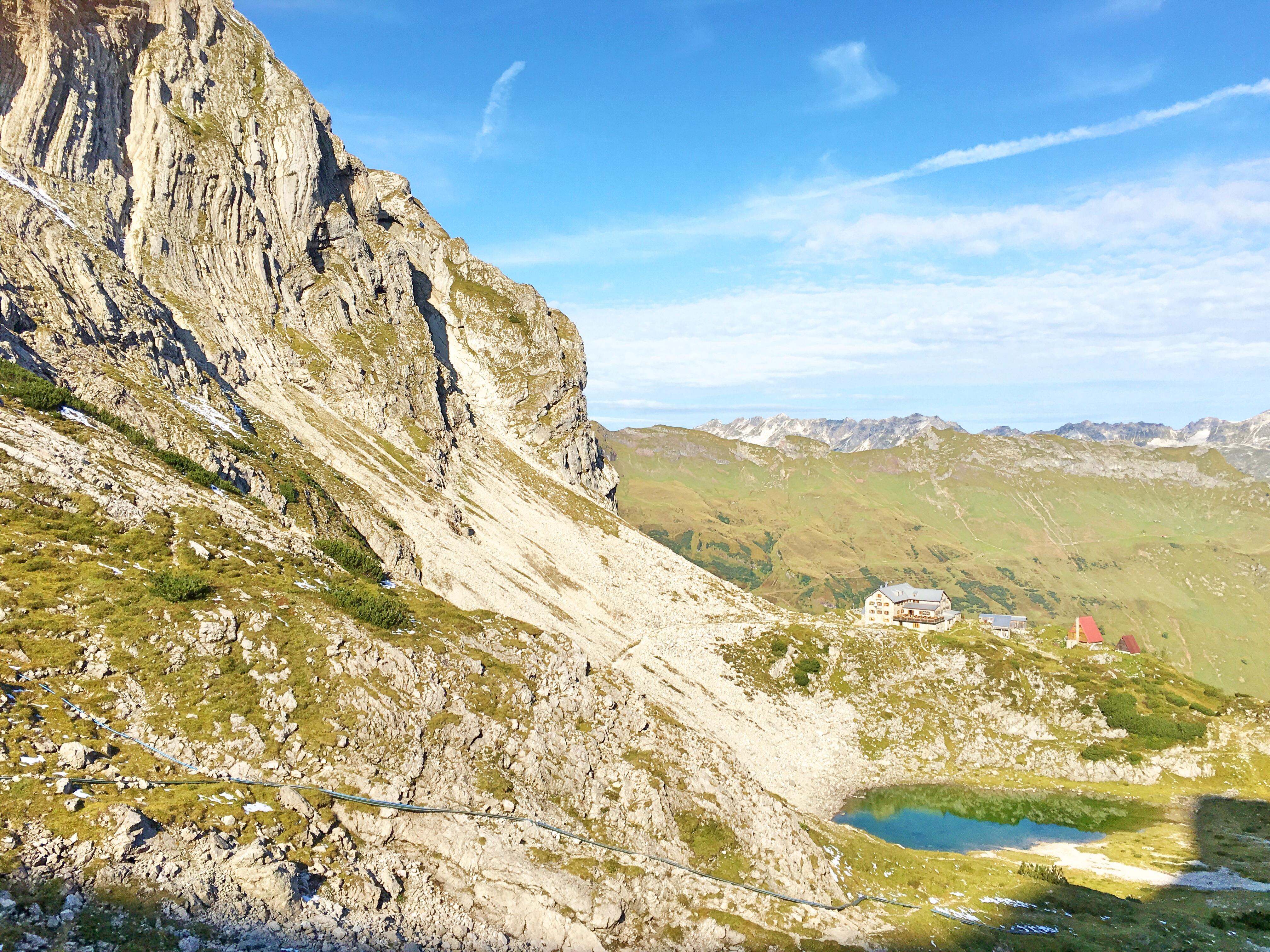 Bergtour Hochvogel: Das Prinz-Luidpold-Haus in traumhafter Alpenlage mit Bergsee ist heute unser Zuhause.