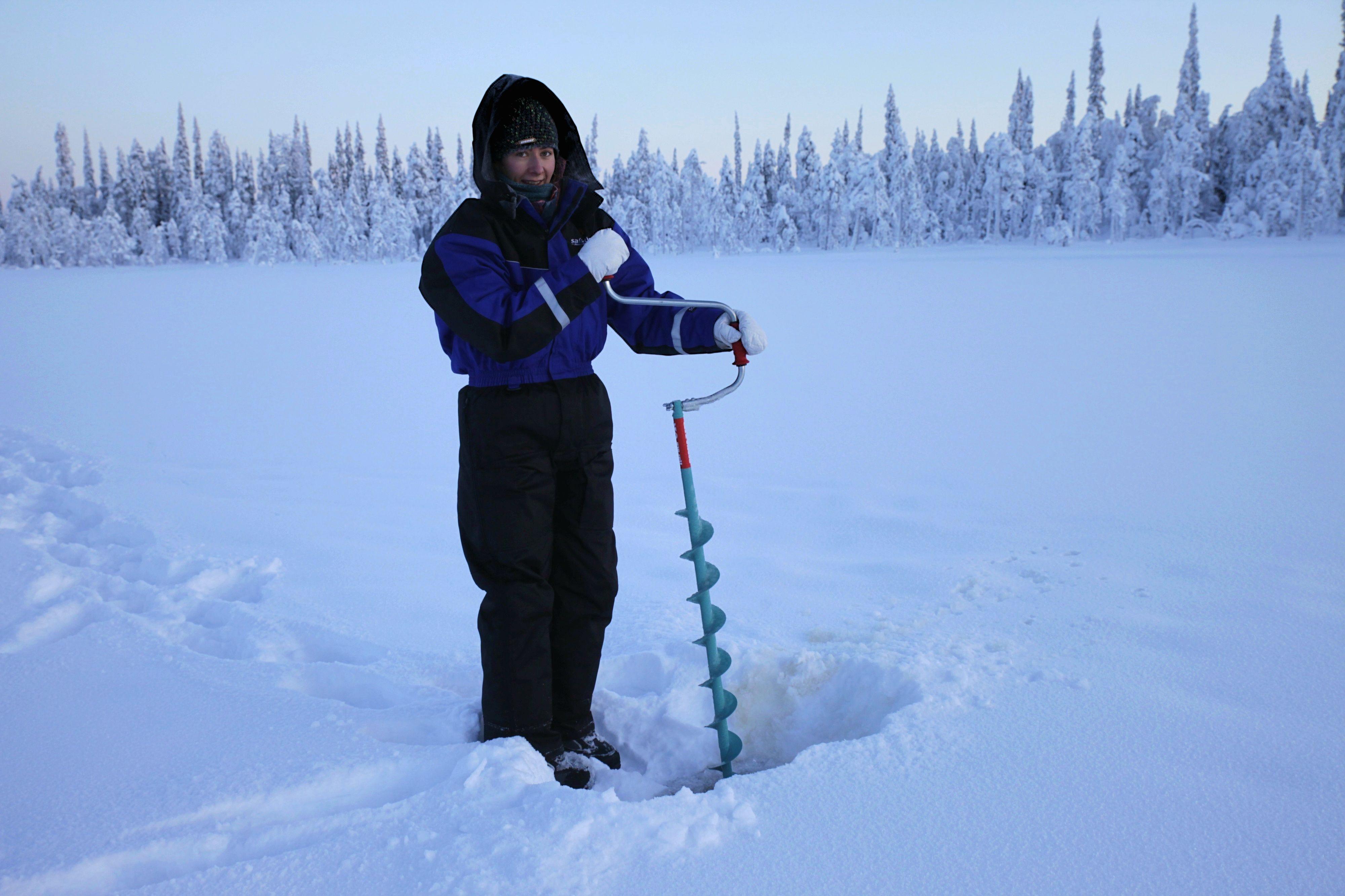 Eisangeln in Finnisch Lappland - mit handbetriebenen Motor durch den zugefrorenen See.