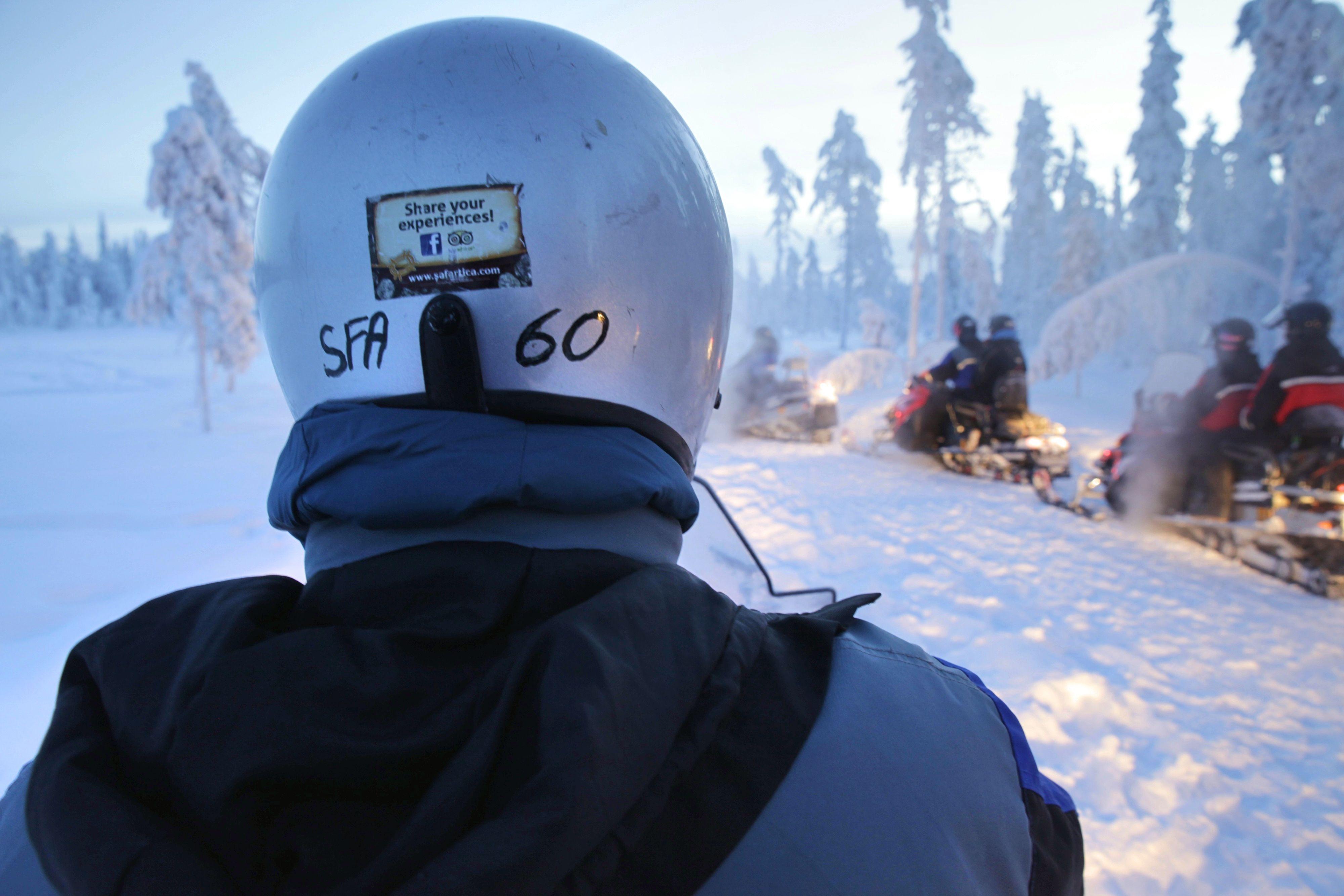 Mit dem Motorschlitten durch Lappland - zum Glück hat der Griff eine Daumenheizung!