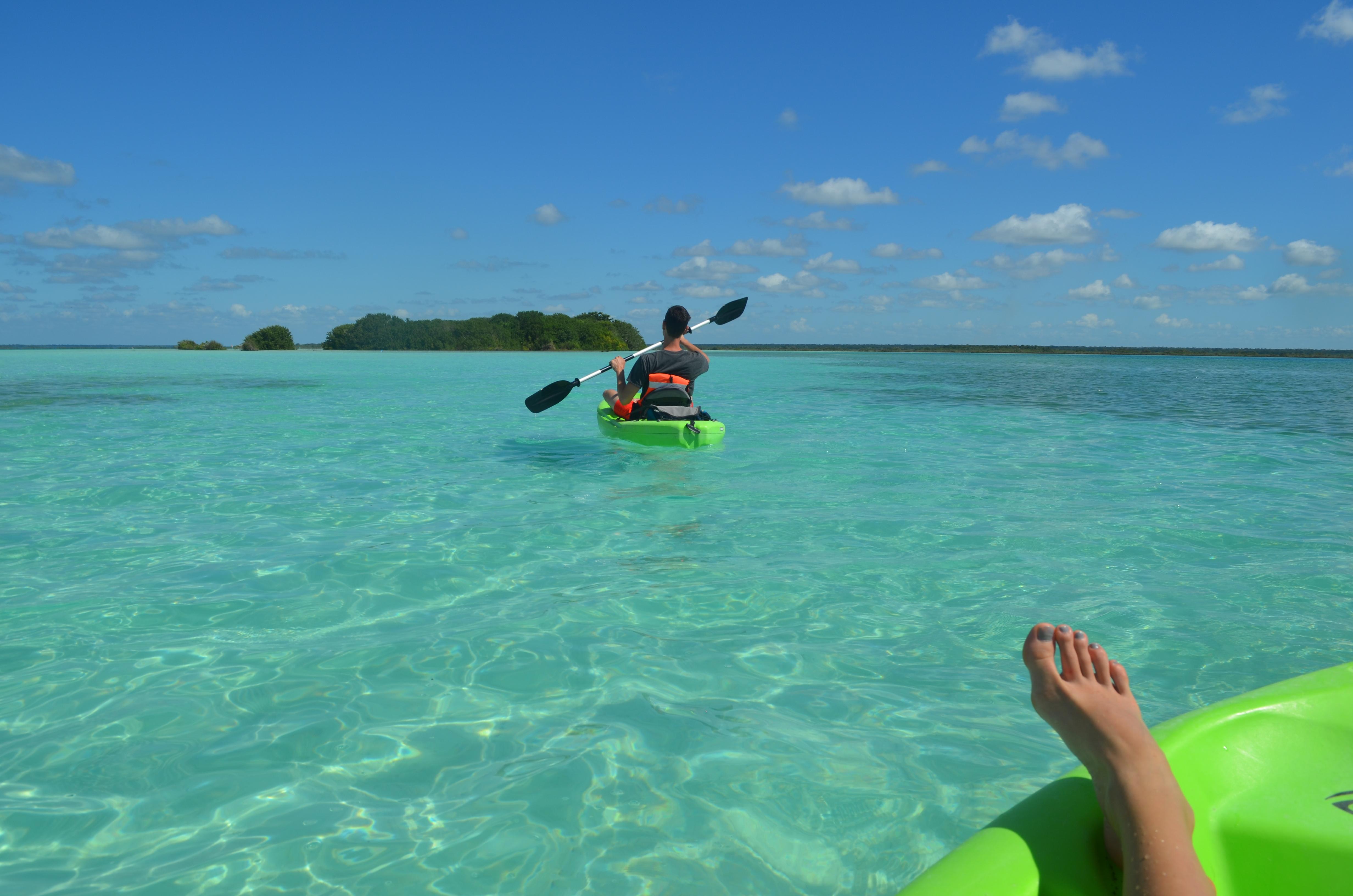 Türkisblaues Wasser und azurblauer Himmel: Kajak fahren auf der Laguna Bacalar.