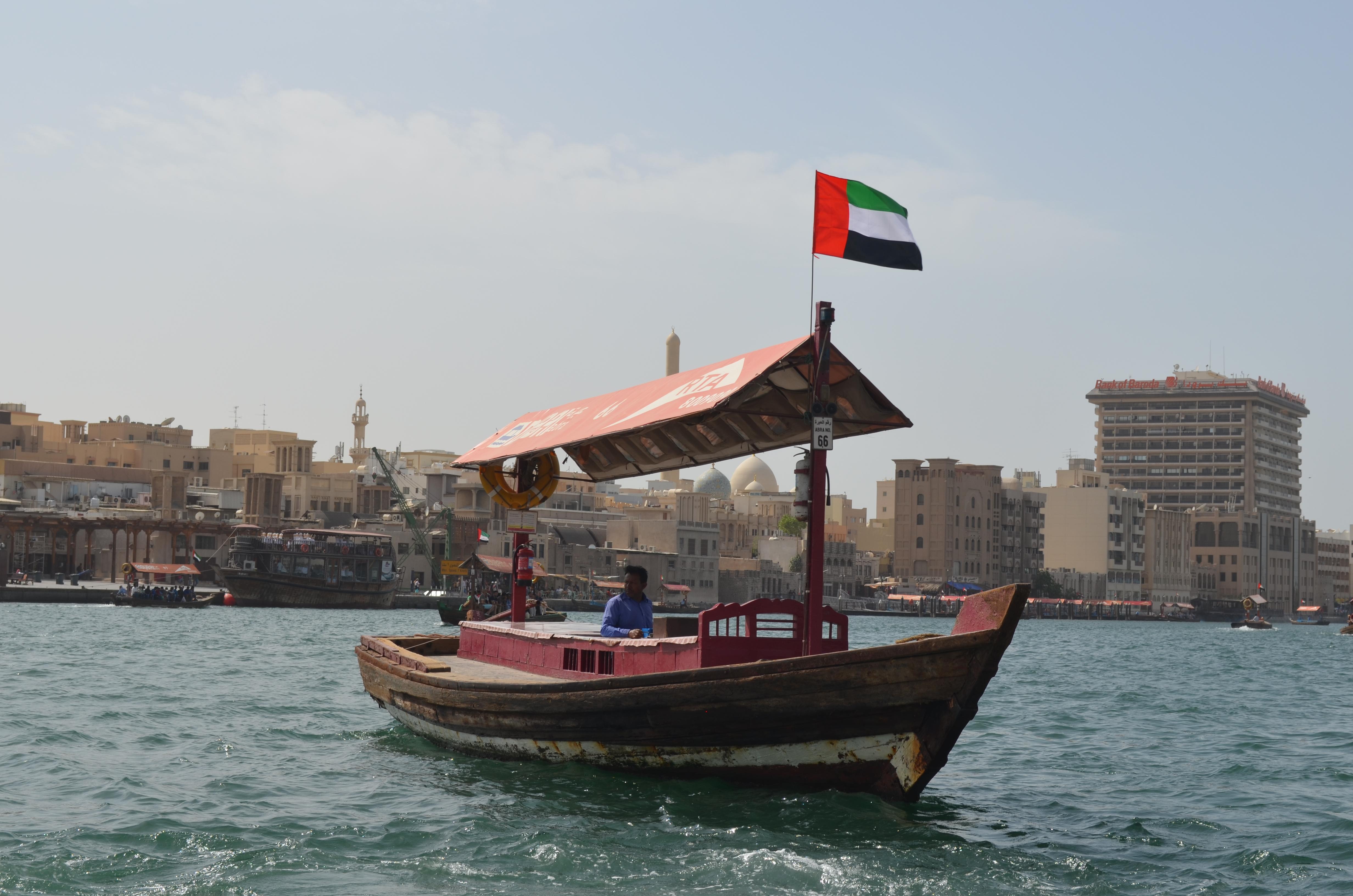 """Reisetipps für Dubai: Auch sehr gut kannst du dich mit den alten Segelbooten """"Dhaus"""" fortbewegen."""