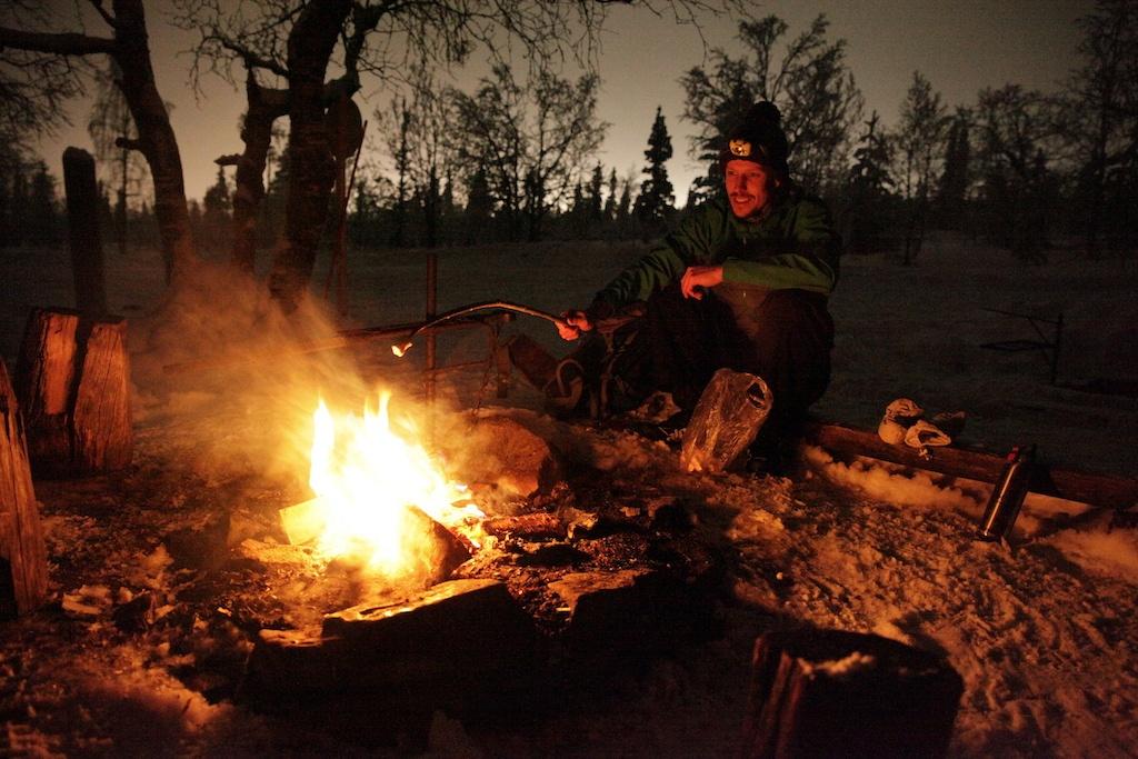 Romantische Wildnis: Langlaufen bei Nacht inklusive Marshmallow am Lagerfeuer.