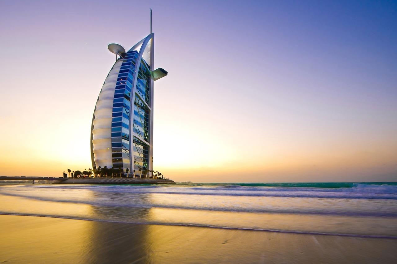 10 Reisetipps für Dubai: Der Burj al Arab ist sicherlich eines der bekanntesten Bauwerke von Dubai.