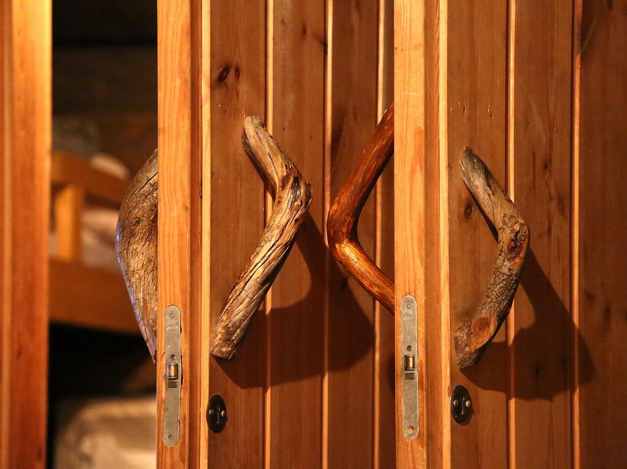 Winter in Finnisch Lappland: Aufwärmung findest du in der Finnischen Sauna inklusive Bier und Unterhaltung.