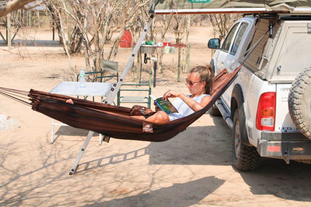 AMAZONAS Moskito-Traveller Pro im Test: Auch auf unserem Roadtrip durch Namibia und Botswana war uns die Hängematte ein treuer Begleiter