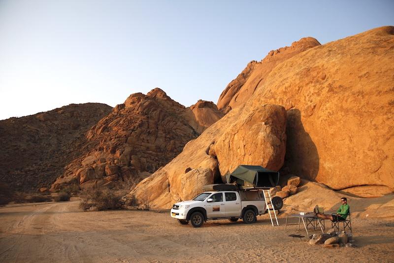 Ganz weit weg von allen anderen und in der freien Natur: Unser Stellplatz im Spitzkoppe Rest Camp.