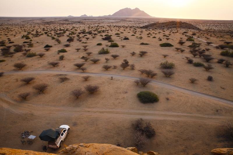Unendliche Weite: Nur wir, unser Jeep und die atemberaubende Landschaft der Spitzkoppe!