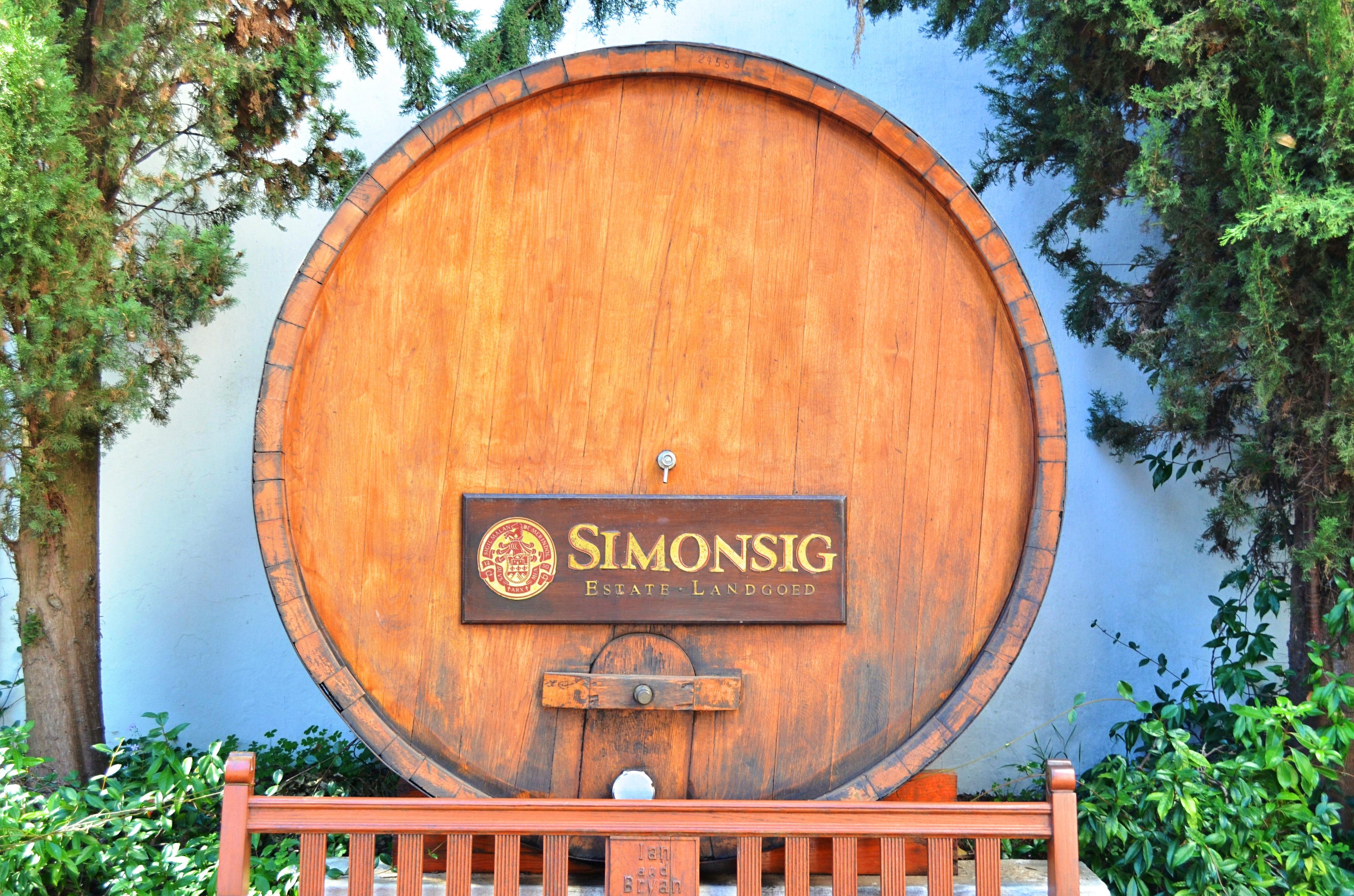 In Stellenbosch gibt es zahlreiche Weingüter, auf denen du die köstlichen Weine Südafrikas verkosten kannst.