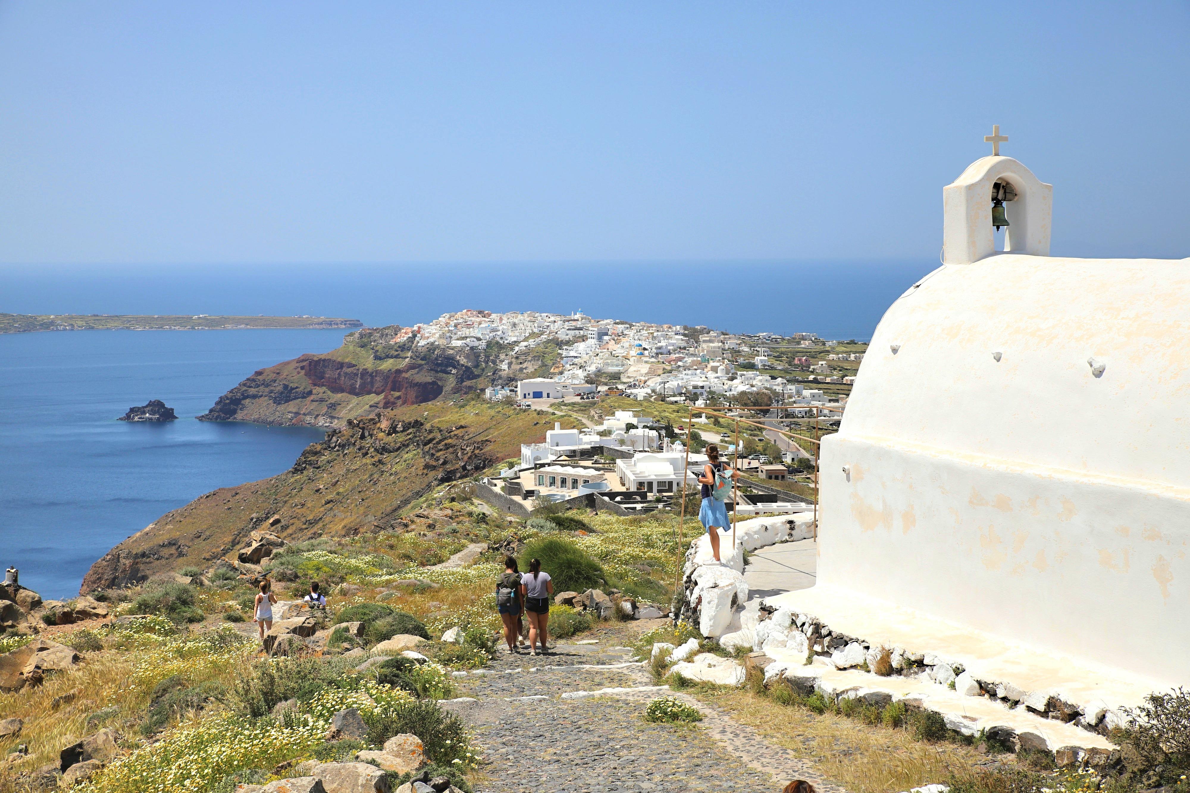 Reisetipps für deinen Santorini Urlaub: Blick auf Oía während de Kraterwanderung.