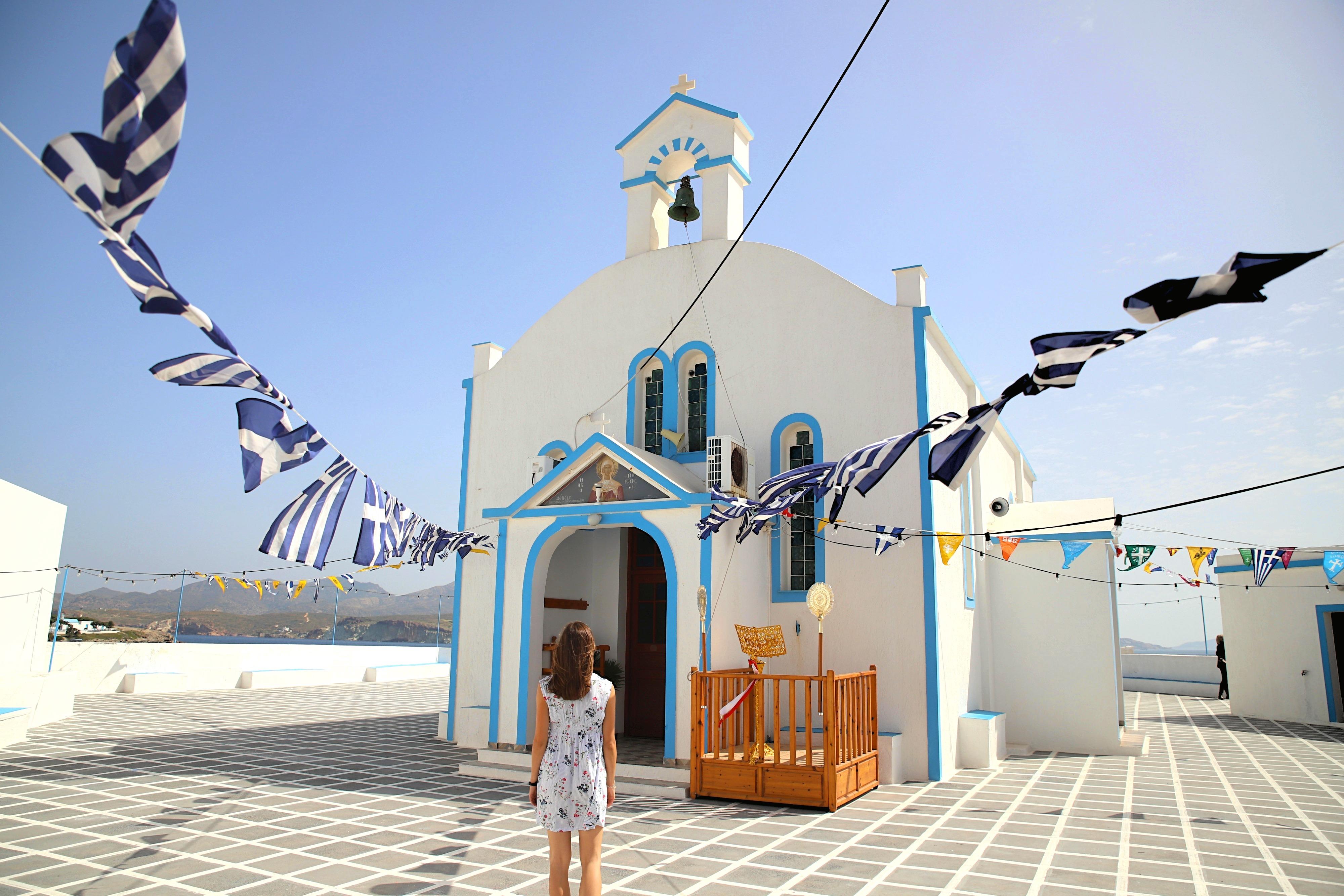 In dem kleinen Örtchen Pollonia findest du an beiden Enden der Bucht wunderschöne und typisch griechische Kirchen.