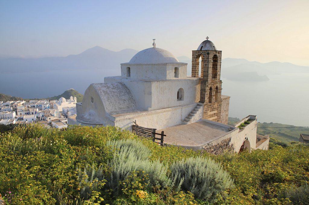 Den schönsten Sonnenuntergang über Milos erlebst du auf dem alten, venezianischen Kastro über den Dächern von Plaka.