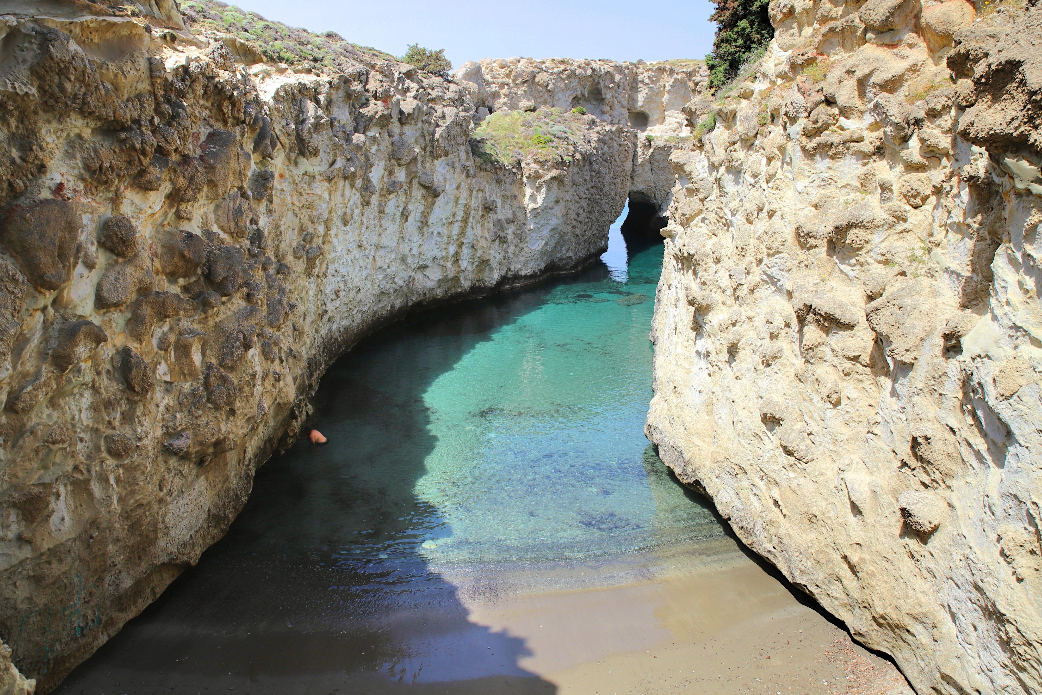 Am Papafragos Beach kannst du in Felsenhöhlen schwimmen und schnorcheln.