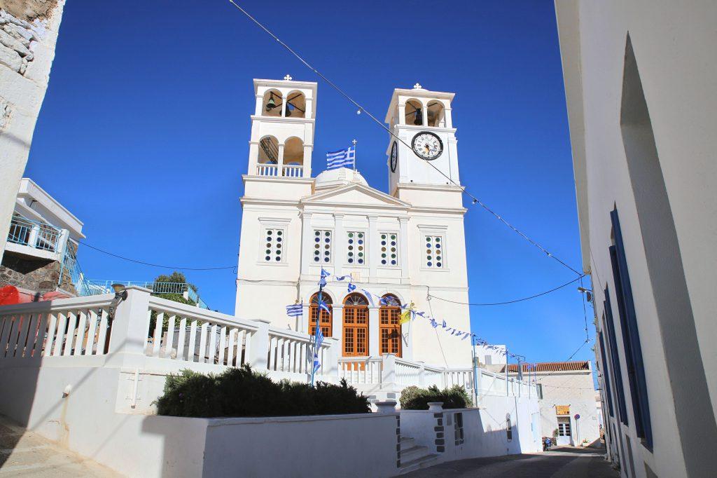 Die imposante Kirche des Agios Nikolaos in Tripiti kannst du schon weit entfernt auf dem Bergrücken von Milos erkennen.