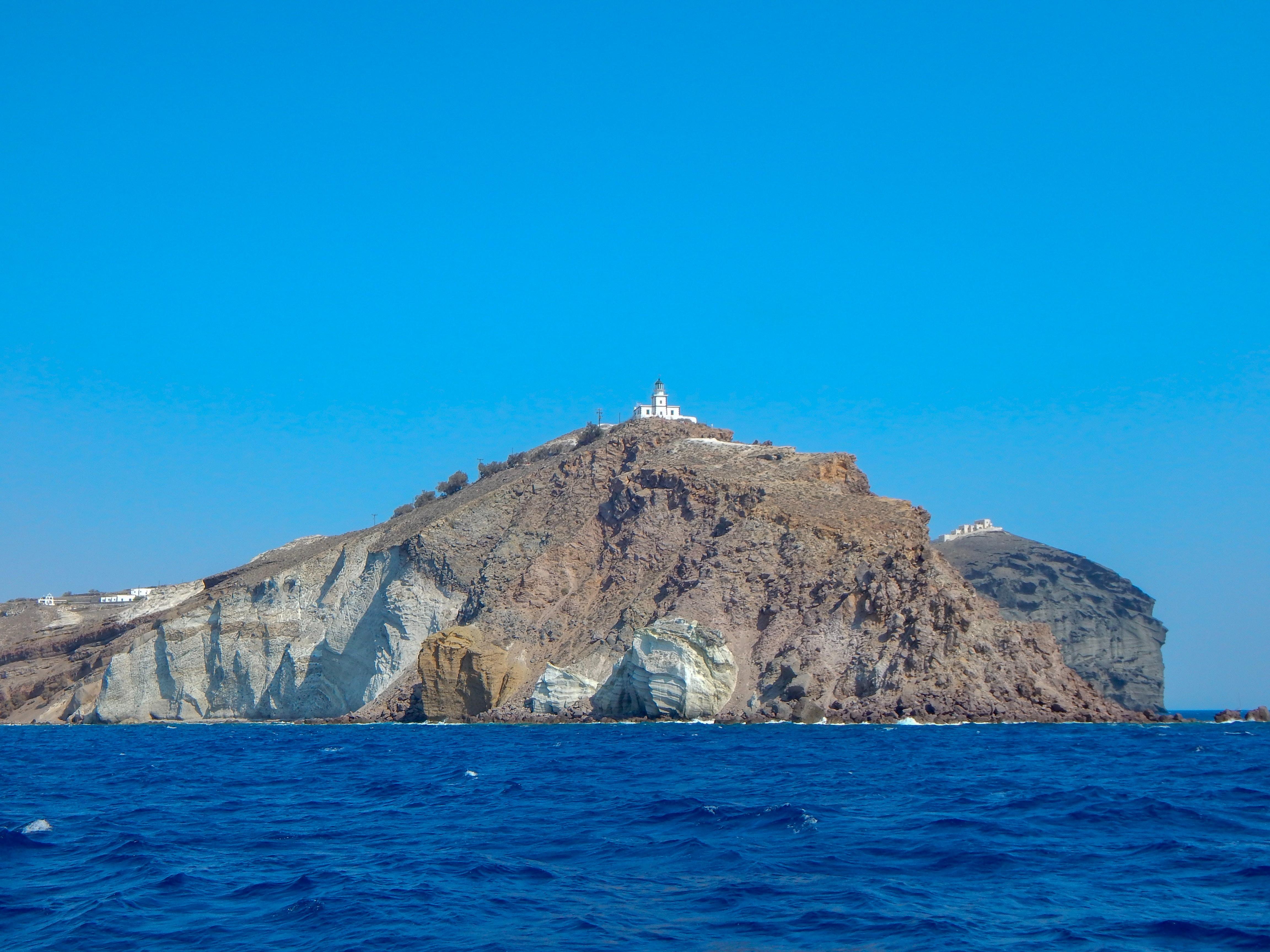 Reisetipps für deinen Santorini Urlaub: Am Leuchtturm von Faros kannst du die Ruhe genießen und den Sonnenuntergang ansehen.