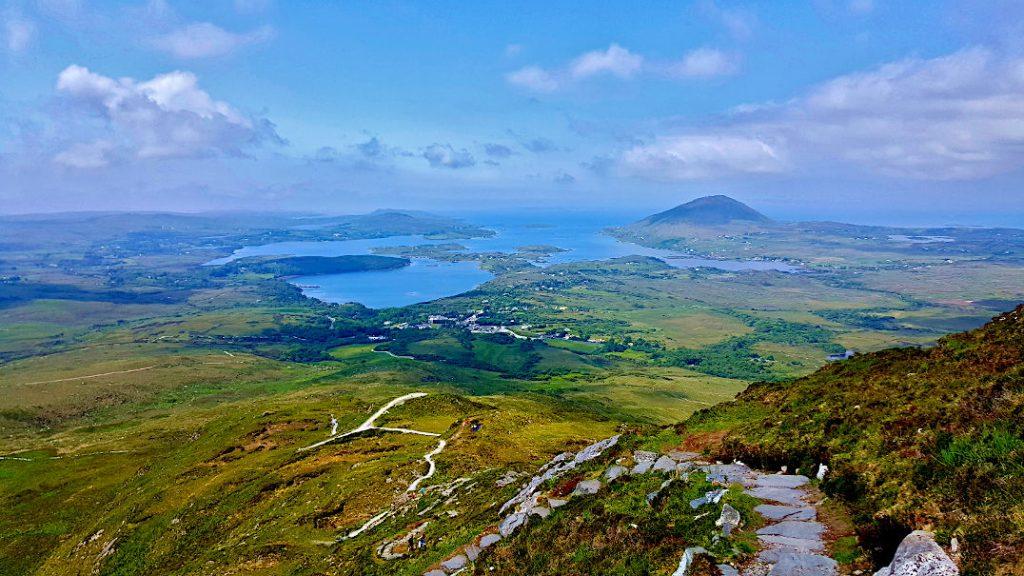 Connemara Nationalpark - Blick vom Diamond Hill zur Küstenlandschaft des Ballynakill Harbour