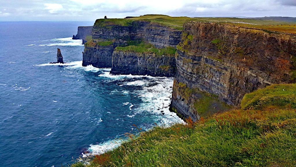 Die gigantischen Cliffs of Moher ragen nahezu steil aus dem Atlantik empor